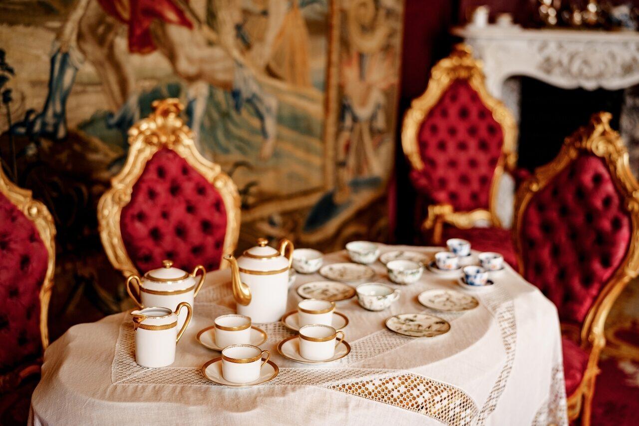 Антикварные сервизы для дорогого декора столовой